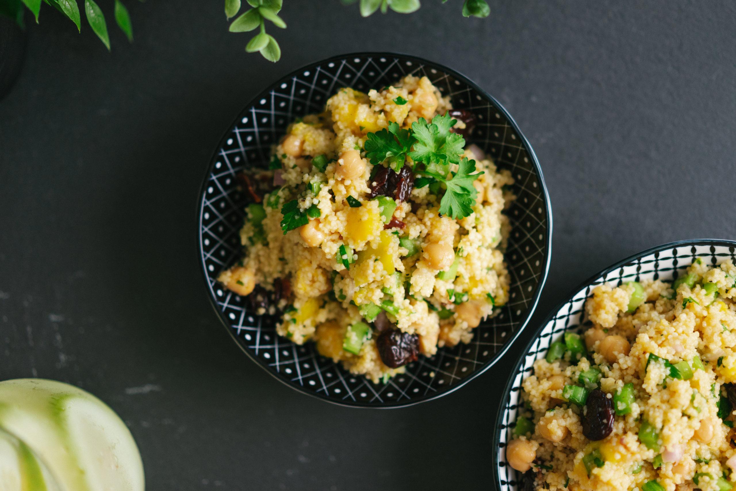 Couscous-Salat mit Kichererbsen und Mango von oben